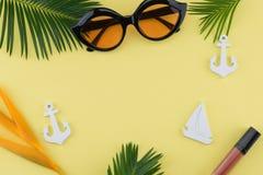 Τα γυαλιά ηλίου και το χείλι σχολιάζουν διακοσμούν με μικροσκοπικό sailboat, άγκυρα Στοκ Εικόνα