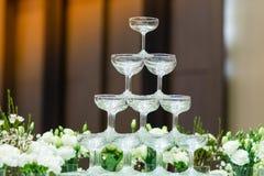 Τα γυαλιά κρασιού τακτοποιούνται για τα κόμματα στοκ εικόνα