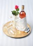 τα γυαλιά ρόδινα αυξήθηκαν κρασί δίσκων Στοκ Εικόνα