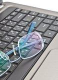 τα γυαλιά υπολογιστών π&lam Στοκ φωτογραφίες με δικαίωμα ελεύθερης χρήσης