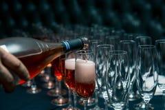 Τα γυαλιά, χύνουν το κρασί στα ποτήρια εορτασμός στο γεγονός στοκ φωτογραφία με δικαίωμα ελεύθερης χρήσης