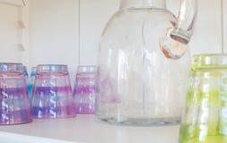 Τα γυαλιά Colorfull με το χυμό μπορούν Στοκ Εικόνα