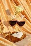 Τα γυαλιά ή το κόκκινο κρασί και αυξήθηκαν, έννοια αγάπης Στοκ φωτογραφία με δικαίωμα ελεύθερης χρήσης