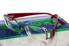 Τα γυαλιά βρίσκονται στο βιβλίο Στοκ Φωτογραφίες