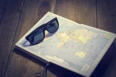 Τα γυαλιά ηλίου είναι στο χάρτη Στοκ εικόνα με δικαίωμα ελεύθερης χρήσης
