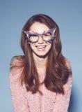 Τα γυαλιά ηλίου μασκών γυναικών μόδας σχεδιάζουν το διακοσμητικό πορτρέτο Στοκ Εικόνα