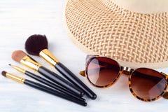 Τα γυαλιά ηλίου με αποτελούν τις βούρτσες και ένα καπέλο Στοκ Εικόνα