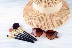 Τα γυαλιά ηλίου με αποτελούν τις βούρτσες και ένα καπέλο Στοκ φωτογραφία με δικαίωμα ελεύθερης χρήσης