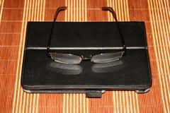 Τα γυαλιά και το PC ταμπλετών είναι στον πίνακα Στοκ Φωτογραφίες