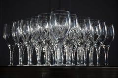 Τα γυαλιά κρασιού τακτοποίησαν έτοιμο να χρησιμοποιήσουν στο μαύρο κλίμα Στοκ εικόνες με δικαίωμα ελεύθερης χρήσης