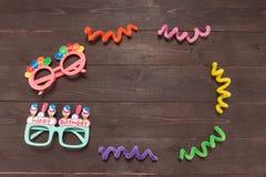 Τα γυαλιά με χρόνια πολλά το μασάζ είναι στο ξύλινο υπόβαθρο Στοκ εικόνες με δικαίωμα ελεύθερης χρήσης