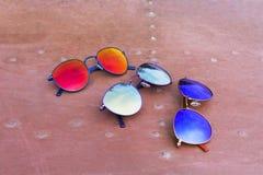 Τα γυαλιά Hipster σε έναν πάγκο ή έναν πίνακα πάρκων με ένα δάσος στο υπόβαθρο τόνισαν με έναν αναδρομικό τρύγο instagram Στοκ Εικόνες