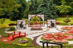 Τα γλυπτά αποτελούνται από το ντεκόρ και τα λουλούδια στο ιαπωνικό ύφος Στοκ Φωτογραφία