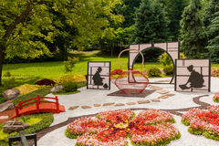 Τα γλυπτά αποτελούνται από το ντεκόρ και τα λουλούδια στο ιαπωνικό ύφος Στοκ εικόνες με δικαίωμα ελεύθερης χρήσης