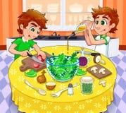Τα δίδυμα προετοιμάζουν μια πράσινη σαλάτα. απεικόνιση αποθεμάτων