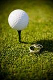 τα δαχτυλίδια γκολφ σφαιρών τοποθετούν το γάμο στο σημείο αφετηρίας Στοκ φωτογραφία με δικαίωμα ελεύθερης χρήσης