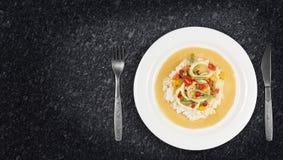 Τα δαχτυλίδια καλαμαριών στα τσίλι ξυστρίζουν τη σάλτσα με τα πράσινα φασόλια, ντομάτες, πιπέρια Στοκ Εικόνα
