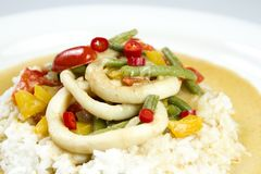 Τα δαχτυλίδια καλαμαριών στα τσίλι ξυστρίζουν τη σάλτσα με τα πράσινα φασόλια, ντομάτες, πιπέρια Στοκ Φωτογραφία