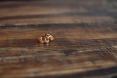 Τα δαχτυλίδια στο ξύλινο πάτωμα είναι σε μια εορταστική μορφή στοκ φωτογραφίες