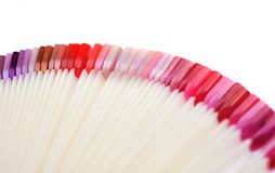 Τα δείγματα στιλβωτικής ουσίας καρφιών κλείνουν επάνω, ζωηρόχρωμη στιλβωτική ουσία καρφιών στο κόκκινο, ροζ, στοκ εικόνες