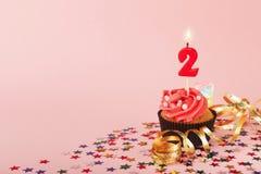 Τα δεύτερα γενέθλια cupcake με το κερί και ψεκάζουν Στοκ εικόνες με δικαίωμα ελεύθερης χρήσης