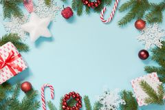 Τα δημιουργικά σύνορα Χριστουγέννων με άσπρους snowflakes και τους κλάδους στο μπλε επίπεδο βρέθηκαν Τοπ όψη διάστημα αντιγράφων  στοκ φωτογραφίες με δικαίωμα ελεύθερης χρήσης