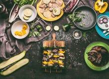 Τα διάφορα οβελίδια κρέατος στον τέμνοντα πίνακα στην κουζίνα παρουσιάζουν το υπόβαθρο με κομμάτια και τα λαχανικά μπριζόλας κοτό Στοκ εικόνες με δικαίωμα ελεύθερης χρήσης