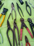 Τα διάφορα χρησιμοποιημένα πένσες εργαλεία χεριών στοκ εικόνα με δικαίωμα ελεύθερης χρήσης