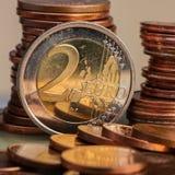 τα διαθέσιμα ευρώ νομισμάτων σχηματοποιούν το διάνυσμα δύο Νόμισμα σε ένα θολωμένο denominatio νομισμάτων υποβάθρου Στοκ εικόνες με δικαίωμα ελεύθερης χρήσης