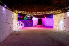 Τα διακοσμητικά φω'τα φωτίζουν τις υπόγειες οδούς στοκ εικόνα με δικαίωμα ελεύθερης χρήσης