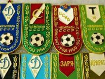 """Τα διακριτικά με την επιγραφή """"λέσχες είναι πρωτοπόροι της ΕΣΣΔ και το έτος νίκης """" στοκ φωτογραφία με δικαίωμα ελεύθερης χρήσης"""