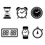 Τα διανυσματικά εικονίδια ρολογιών καθορισμένα το σύμβολο ρολογιών που απομονώνεται στο άσπρο υπόβαθρο ελεύθερη απεικόνιση δικαιώματος