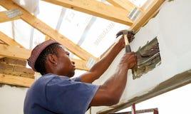 Τα διαφορετικά μέλη της κοινότητας προσχωρούν στο προσωπικό PWC ` s στην οικοδόμηση ενός χαμηλού μαρουλιού στοκ εικόνες