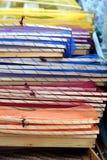 Τα διαφορετικά χρωματισμένα τρόφιμα που καλύπτουν τα δίχτυα δίπλωσαν επάνω στην επίδειξη για το sa Στοκ Εικόνες