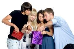 τα δώρα φίλων κοιτάζουν Στοκ Φωτογραφία
