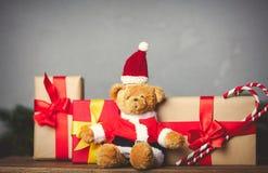 Τα δώρα Χριστουγέννων και teddy αντέχουν Στοκ Εικόνες