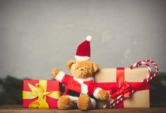 Τα δώρα Χριστουγέννων και teddy αντέχουν Στοκ Φωτογραφίες
