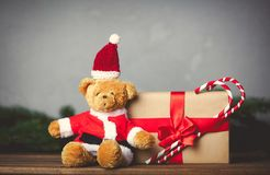 Τα δώρα Χριστουγέννων και teddy αντέχουν Στοκ φωτογραφία με δικαίωμα ελεύθερης χρήσης