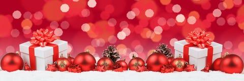 Τα δώρα Χριστουγέννων παρουσιάζουν το backgrou φω'των διακοσμήσεων εμβλημάτων σφαιρών Στοκ Εικόνες