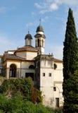 Τα λείψανα εκκλησιών και ένα μεγάλο κυπαρίσσι σε Monselice μέσω των λόφων στο Βένετο (Ιταλία) Στοκ εικόνα με δικαίωμα ελεύθερης χρήσης
