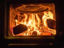 Τα εγκαύματα πυρκαγιάς σε έναν φούρνο χυτοσιδήρου στοκ φωτογραφία με δικαίωμα ελεύθερης χρήσης