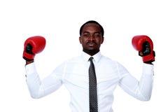 τα εγκιβωτίζοντας γάντια επιχειρηματιών ανασκόπησης δίνουν το απομονωμένο αυξημένο λευκό του Στοκ Φωτογραφία