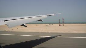 Τα εδάφη αεροπλάνων στον αερολιμένα Άποψη του φτερού από το παράθυρο αεροπλάνων Υψηλή ταχύτητα Αεροπλάνο πέρα από το νερό απόθεμα βίντεο