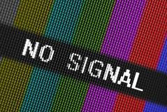 Τα εικονοκύτταρα κινηματογραφήσεων σε πρώτο πλάνο της οθόνης TV LCD με τους φραγμούς χρώματος και το μήνυμα κανένα σήμα είναι ένα Στοκ Φωτογραφία