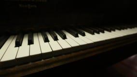 Τα εκλεκτής ποιότητας μεγάλα κλειδιά πιάνων μετακινούνται απόθεμα βίντεο