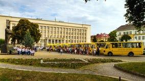 Τα εκπαιδευτικά ιδρύματα σε τέσσερις περιοχές της Transcarpathian περιοχής έλαβαν τα νέα σχολικά λεωφορεία Στοκ Εικόνα