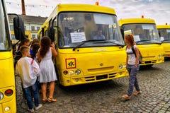 Τα εκπαιδευτικά ιδρύματα σε τέσσερις περιοχές της Transcarpathian περιοχής έλαβαν τα νέα σχολικά λεωφορεία Στοκ φωτογραφία με δικαίωμα ελεύθερης χρήσης