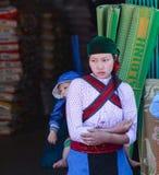 Τα εκτάρια GIANG, ΒΙΕΤΝΆΜ, την 1η Ιανουαρίου 2016 αδελφή, εθνικό Hmong, ορεινές περιοχές εκταρίου Giang ονομάζουν άγνωστο, μια αδ Στοκ Εικόνες