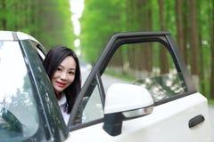 Τα ελεύθερα carelss που η ευτυχής γυναίκα οδηγεί ένα άσπρο αυτοκίνητο, ασφαλής έννοια κίνησης, απολαμβάνουν την άνετη άνετη ζωή στοκ εικόνα με δικαίωμα ελεύθερης χρήσης