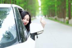 Τα ελεύθερα carelss που η ευτυχής γυναίκα οδηγεί ένα άσπρο αυτοκίνητο, ασφαλής έννοια κίνησης, απολαμβάνουν την άνετη άνετη ζωή στοκ εικόνες